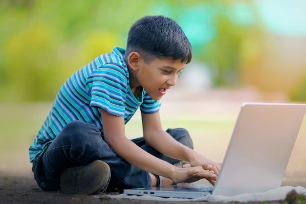 Bambino sul portatile