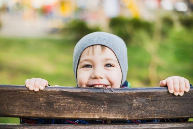 Bambino sulla panchina in natura