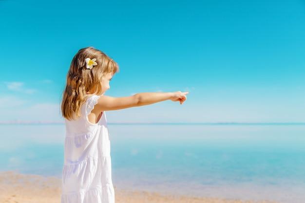 Bambino sulla spiaggia riva del mare messa a fuoco selettiva