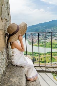 Bambino sullo sfondo delle attrazioni turistiche della georgia