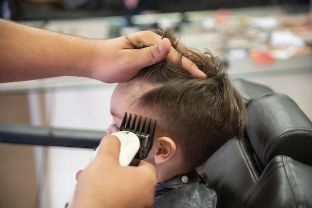 Bambino sveglio del neonato - tagliare i capelli