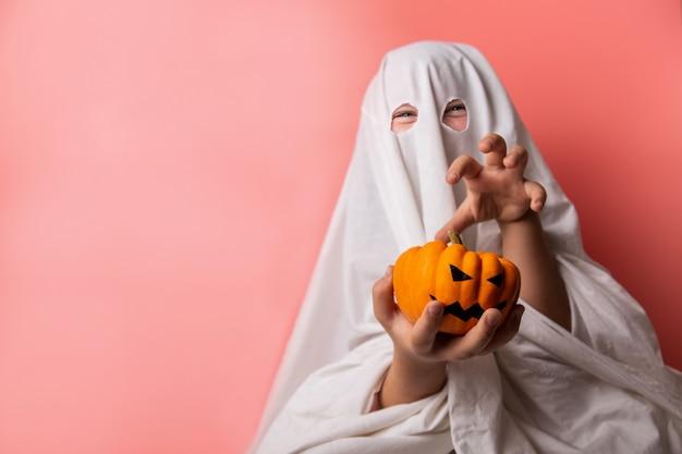 Bambino vestito con un costume fantasma per halloween