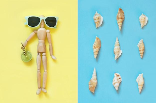 Bambola di legno con occhiali da sole su giallo. uv protettivo.