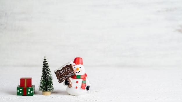 Bambola pupazzo di neve, mini albero di natale e scatole regalo