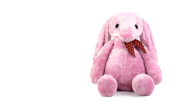 Bambola rosa del coniglio con le grandi orecchie isolate su fondo bianco
