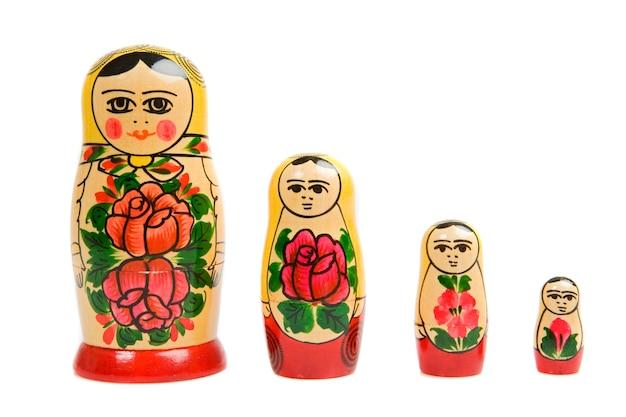 Bambola russa su uno sfondo bianco