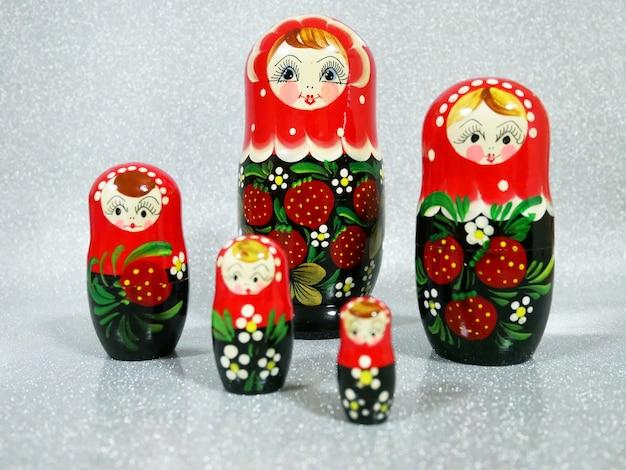 Bambole di matryoshka su fondo bianco