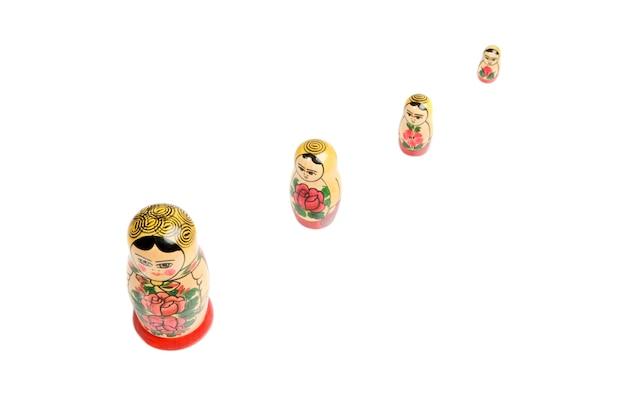 Bambole russe su uno sfondo bianco