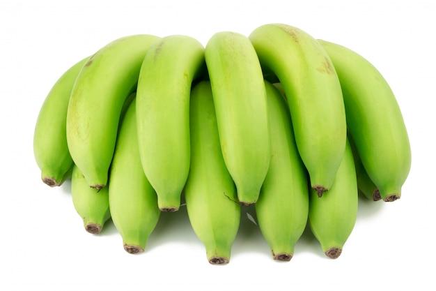 Banana acerba. mazzo di banane. verde isolato su sfondo bianco