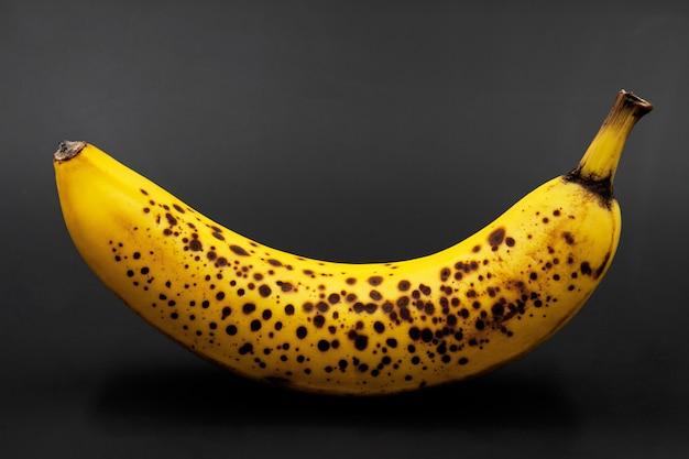 Banana con macchie scure. avvicinamento