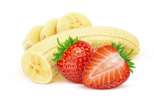 Banana e fragola isolate su bianco con il percorso di ritaglio