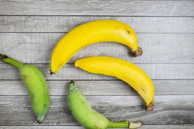 Banana fresca su un tavolo di legno