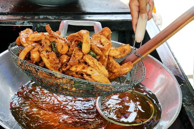 Banana fritta in un olio di riscaldamento padella, banana fritta di thai asiatico cibo facile strada