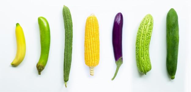 Banana, melanzane, mais, luffa acutangula, melone amaro, papaia verde su bianco