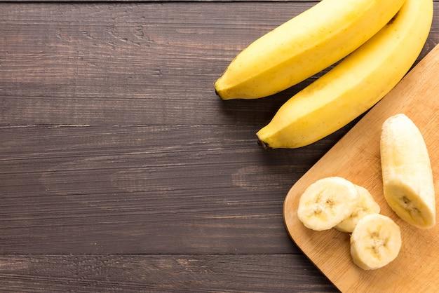 Banana sullo sfondo in legno. vista dall'alto