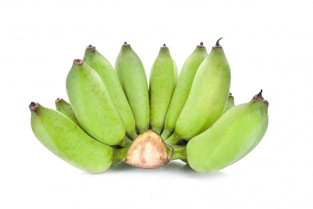 Banana verde isolato su sfondo bianco