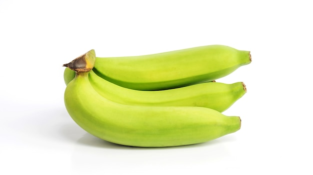 Banana verde su sfondo bianco.