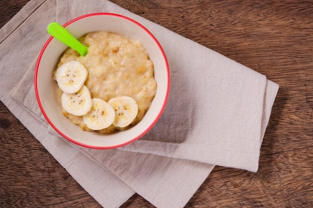 Banane schiacciate nello spazio della copia e della ciotola alimento di topview