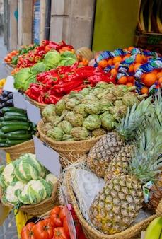 Bancarelle con frutta e verdura. messa a fuoco selettiva.