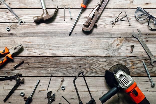 Banco da lavoro vista dall'alto con diversi strumenti da carpentiere. concetto di lavorazione del legno, artigianato e lavoro manuale.