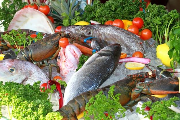 Banco del pescivendolo con pesce fresco
