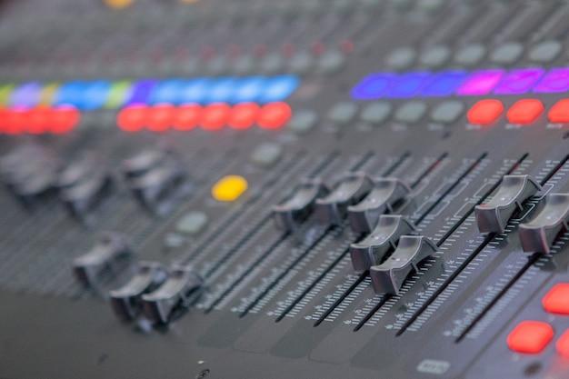 Banco di missaggio studio di registrazione del suono. pannello di controllo del mixer musicale
