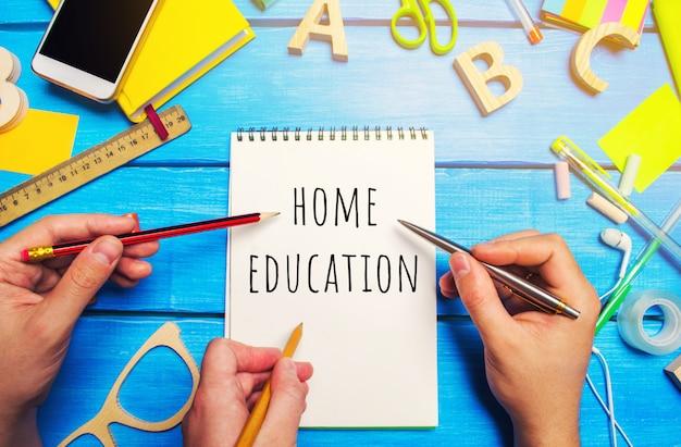 Banco di scuola con le parole educazione domestica. il concetto di prevenzione dall'infezione da coronavirus.