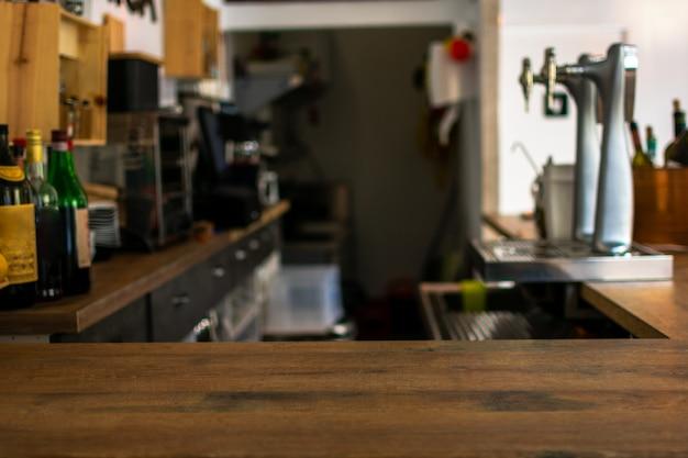 Bancone da tavolo in legno con ristorante sfocato