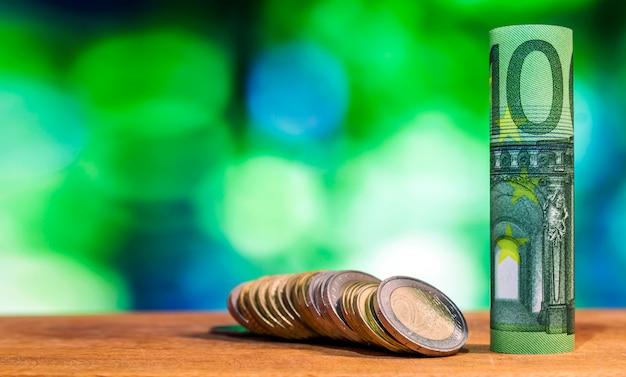 Banconota da 100 euro arrotolata