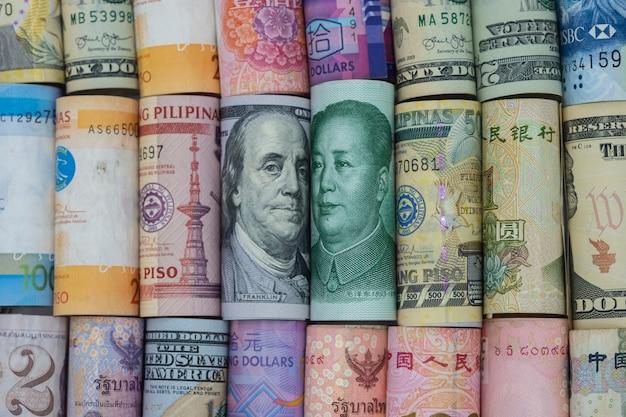 Banconota del dollaro americano e della cina yuan con le banconote dei multi paesi. è un simbolo per la crisi della guerra commerciale tariffaria