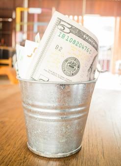 Banconota di valute internazionali nel secchio