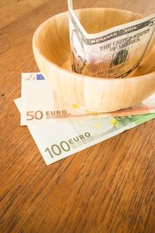 Banconota di valute internazionali sulla tavola di legno