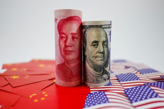 Banconota di yuan sulle bandiere e sul dollaro della cina
