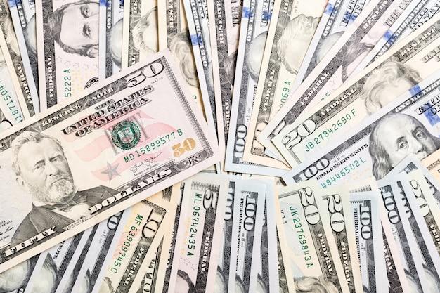 Banconota in dollari 50 sulle banconote del dollaro vista superiore del concetto di affari su fondo con lo spazio della copia