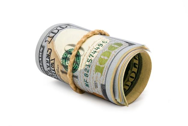 Banconote americane rotolate isolate dei dollari americani del primo piano su fondo bianco.