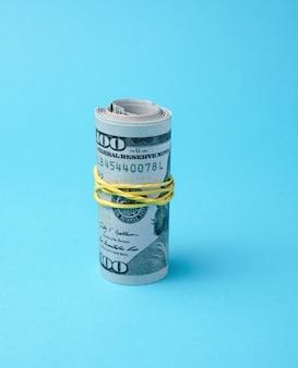 Banconote arrotolate e collegate dell'elastico di dollari americani