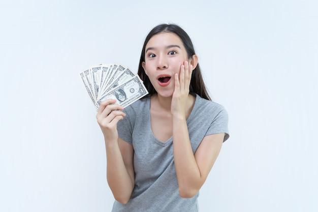 Banconote asiatiche dei soldi della tenuta della donna, concetto di attività bancarie, soldi del dollaro
