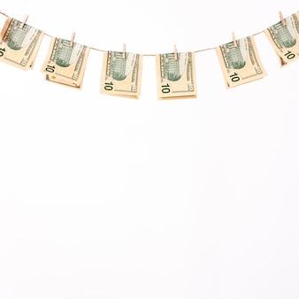 Banconote che appendono sul clothesline bianco