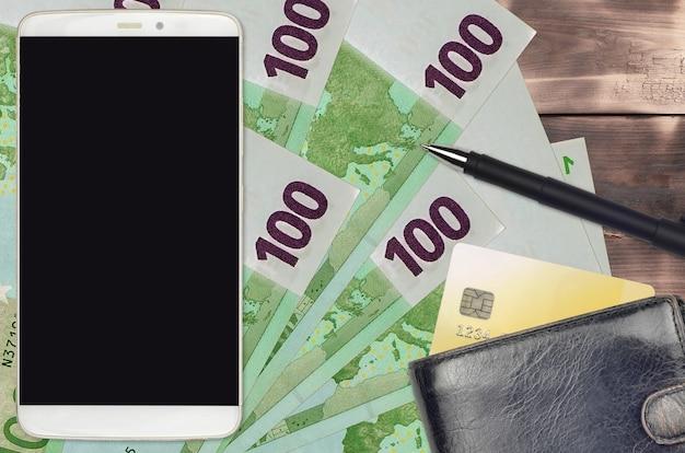 Banconote da 100 euro e smartphone con borsa e carta di credito