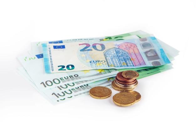 Banconote da 20 e 100 euro su uno sfondo bianco isolato. salvataggio. la valuta dell'unione europea.