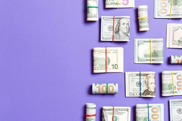 Banconote da un dollaro. un mucchio di cento dollari di banconote in dollari americani su fondo colorato wiev superiore