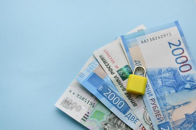 Banconote da uno, duemila rubli russi su sfondo blu