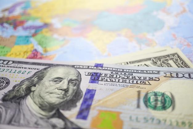 Banconote del dollaro americano sulla mappa del globo del mondo.