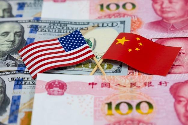 Banconote del dollaro usa e banconote in cina yuan con bandiera di tutta america e bandiera della cina