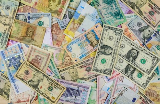 Banconote di valute internazionali di diversi paesi che si sovrappongono l'una con l'altra