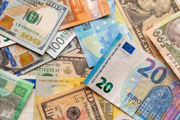 Banconote diverse., banconote ucraine, dollari americani ed euro. denaro e finanze, concetto di investimento di successo.