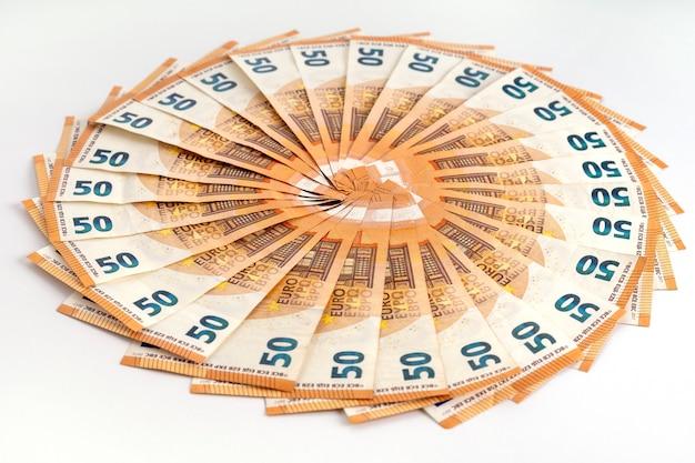 Banconote in contanti in euro sparse come fan 50. composizione della cornice di denaro. concetto di finanza aziendale.