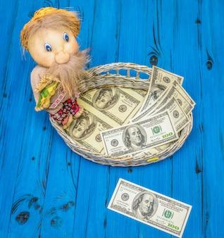 Banconote in dollari in un cestino di vimini