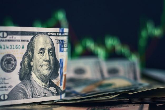 Banconote in dollari usa su uno sfondo con dinamiche dei tassi di cambio. concetto di rischio commerciale e finanziario