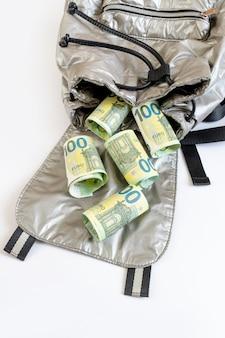 Banconote in euro bianco borsa da cento zaini sfondo denominazione monetaria